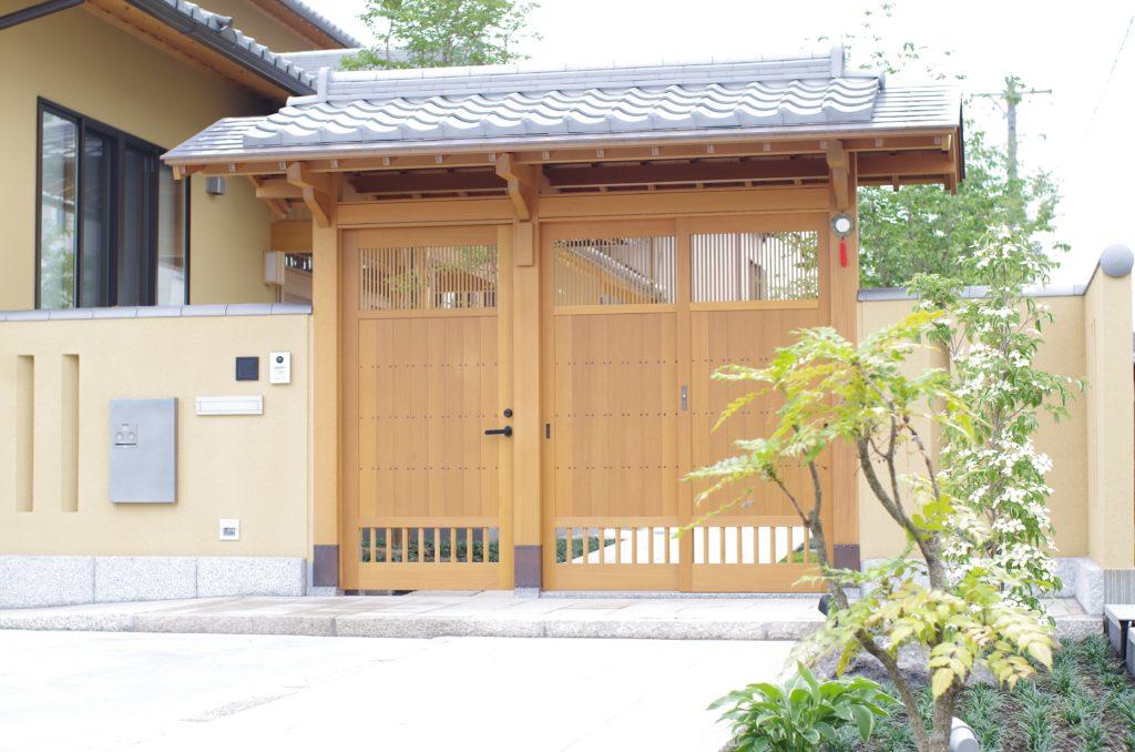 数寄屋門と庭 – 大林株式会社